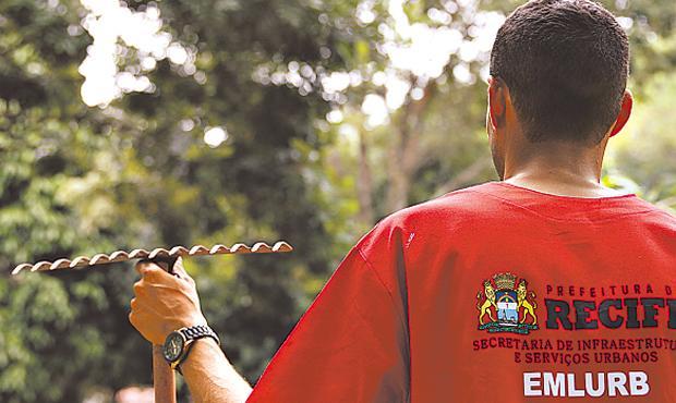 Robson Nascimento trabalha no Parque da Jaqueira com capinação e jardinagem. Foto: Blenda Souto Maior/DP/D.A Press