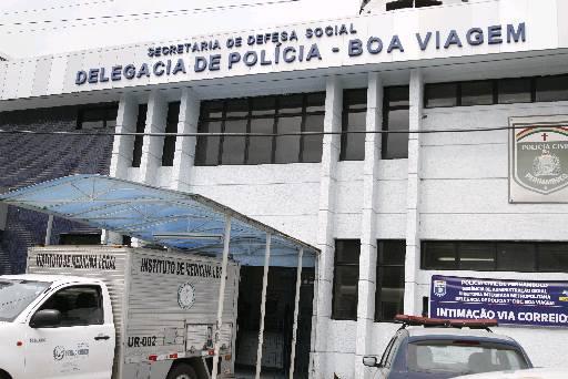IML retirou o corpo da delegacia. Foto: Blenda Souto Maior/DP/D.A Press