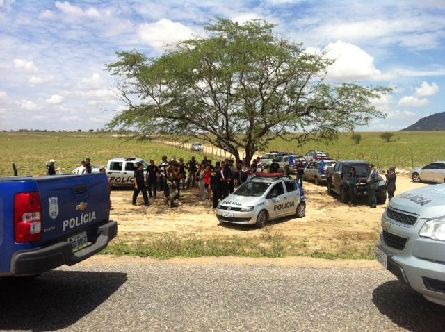 Familiares de Edmacy acompanharam trabalhos junto aos policiais. Foto: Wagner Oliveira/DP/D.A Press
