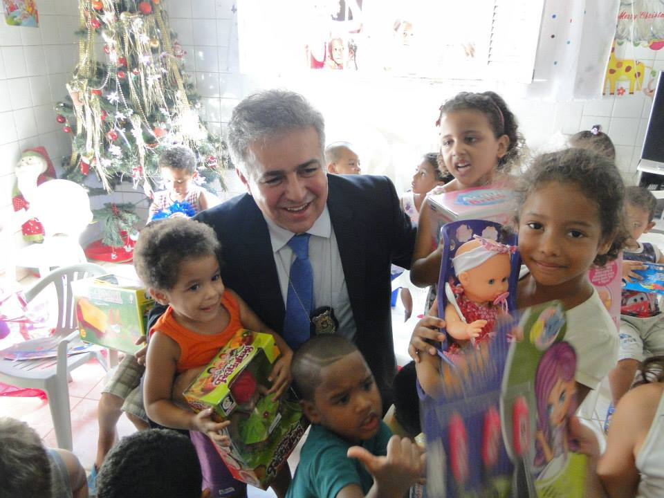 Delegado Osvaldo Morais fez entregas numa creche em Prazeres
