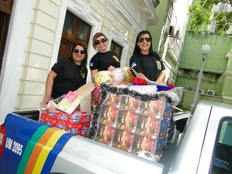 Donativos foram levados nos carros da polícia e chamaram a atenção da comunidade