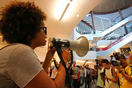 Jovens usaram megafone para protestar. Fotos: Paulo Paiva/DP/D.A Press