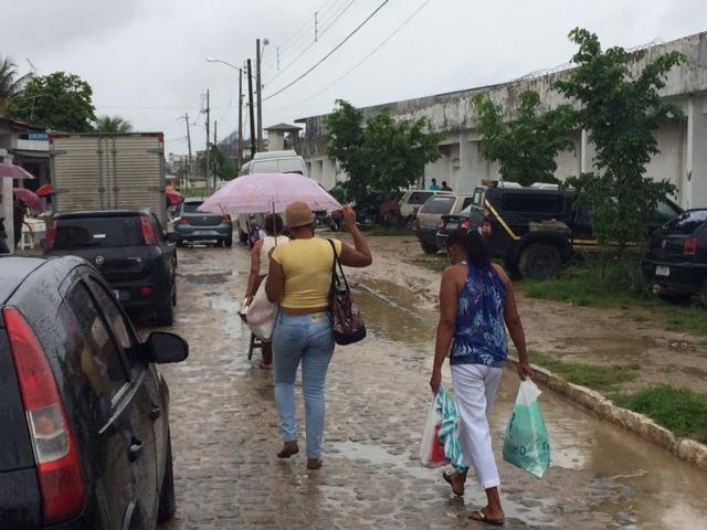 Mães, esposas e irmãs de presos sofrem para entrar nas unidades. Fotos: Wagner Oliveira/DP/D.A Press