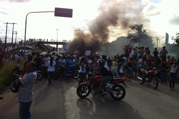 Protesto fechou a BR-232 na tarde desta quinta. Foto: Raphael Guerra/DP/D.A Press