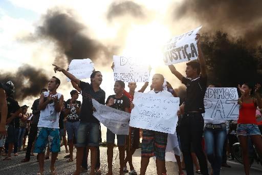 População foi para a BR-232 com cartazes. Foto: Bernardo Dantas/DP/D.A Press