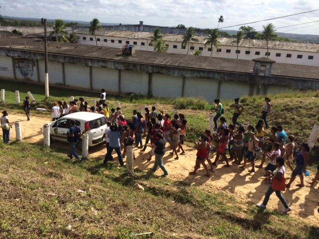 Esposas e mães dos presos estavam revoltadas. Foto: Wagner Oliveira/DP/D.A Press