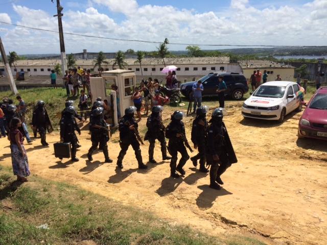 Além dos agentes penitenciários, dezenas de PMs entraram na unidade