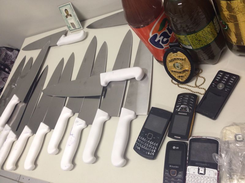 Agentes encontraram 31 facas e seis celulares. Foto: Divulgação