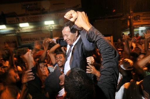 Miguel Sales foi colocado nos braços após o júri popular. Fotos: Teresa Maia/DP/D.A Press
