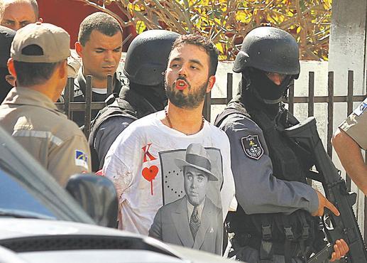 Depois de preso, suspeito soltou beijo para os curiosos e imprensa
