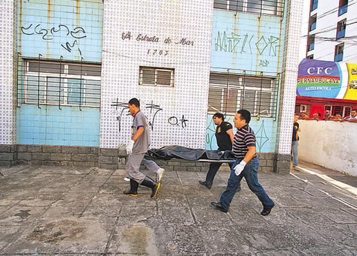 Corpo de Danielle foi retirado do apartamento no meio da tarde. Fotos Annaclarice Almeida/DP/D.A Press