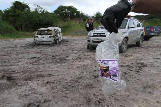 Garrafa foi encontrada perto do carro da vítima. Foto: Allan Torres/DP/D.A Press
