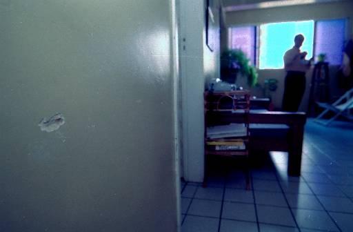 Marca de tiro ficou na parede da sala