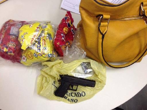 Assaltantes usaram uma arma de brinquedo para roubar bolsa. Fotos: Divulgação