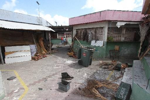 Espaço está abandonado e comerciantes estão revoltados. Fotos: Edvaldo Rodrigues/DP/D.A Press