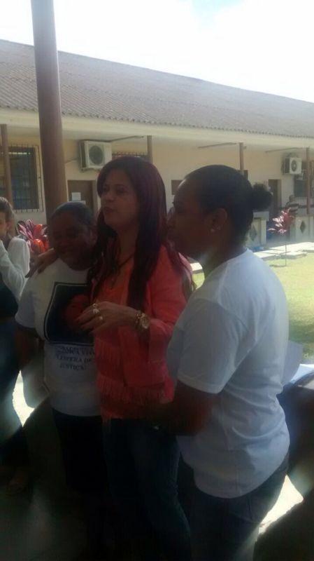 Delegada conversou com as pessoas no corredor do fórum. Fotos: Divulgação