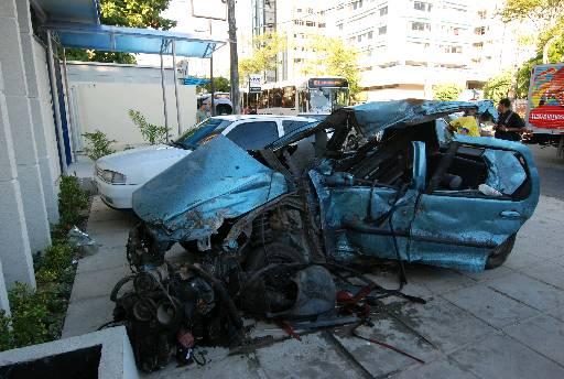 Carro onde estava a vítima ficou destruído. Foto: Ricardo Fernandes/DP/D.A Press