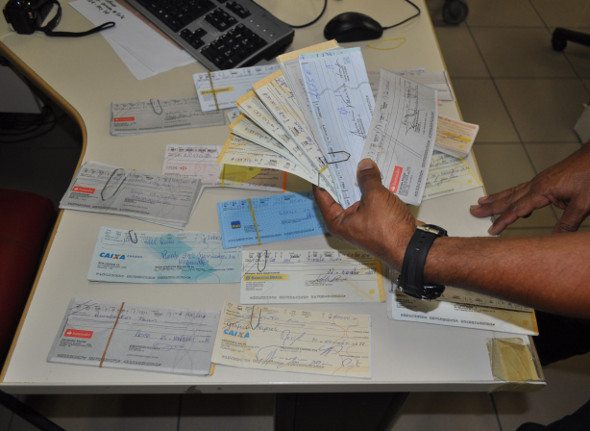 Grandes quantias em dinheiro, cheques, máquinas e computadores foram apreendidos
