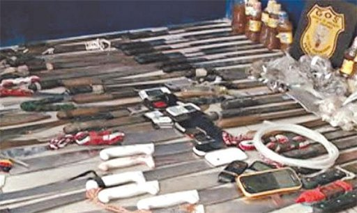 Armas e telefones celulares foram encontrados durante revista na unidade