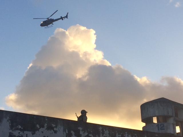 Helicóptero da SDS sobrevoou o complexo com vários PMs a bordo. Fotos: Wagner Oliveira/DP/D.A Press