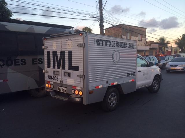 No final da tarde, carro do IML chegou para pegar um dos corpos