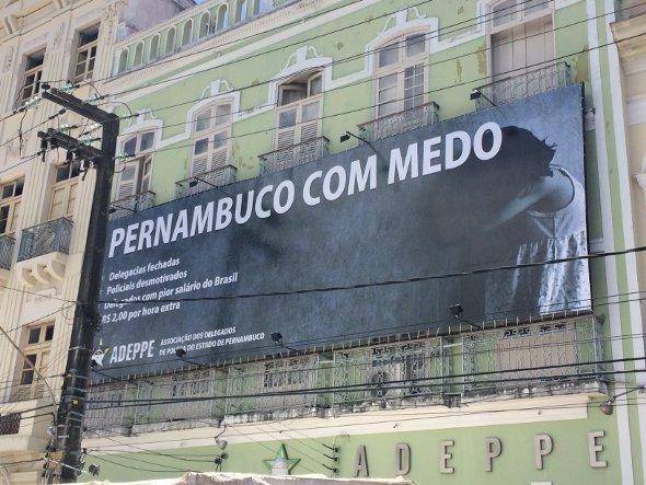 Outdoor foi colocado na fachada da Adeppe. Foto: Wagner Oliveira/DP/D.A Press