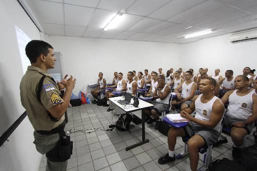 Instrutores especializados dão aulas aos novos militares