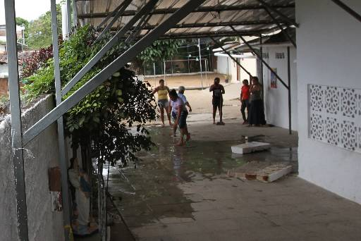 Parede caiu quando as crianças estavam brincando no pátio
