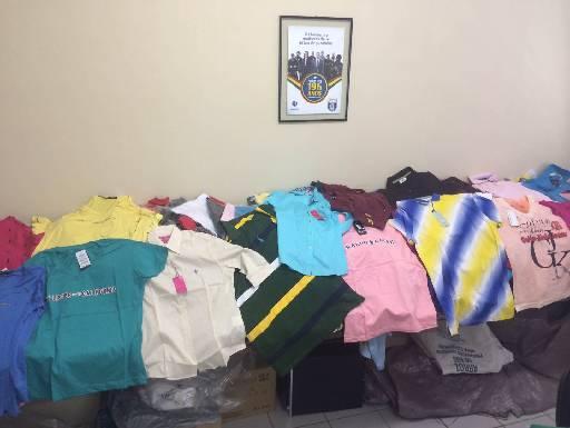Camisas, calças e bermudas também foram recolhidos