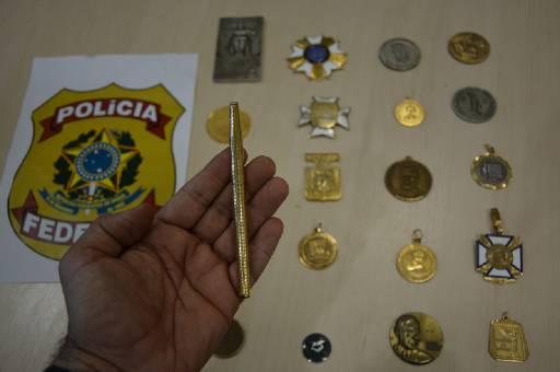 Vinte medalhas e uma caneta foram recuperadas. Foto: Polícia Federal/Divulgação