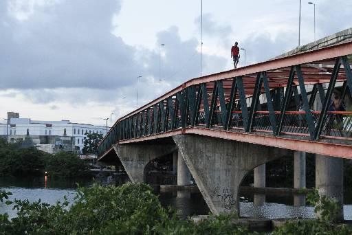 Agressões aconteceram nas imediações da Ponte Joaquim Cardoso. Foto: Ricardo Fernandes/DP/D.A Press