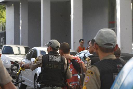 Assaltantes foram presos e levados para a Delegacia de Repressão ao Roubo