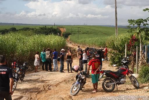 Curiosos e a imprensa acompanharam as bucas no canavial em Goiana e Itapissuma