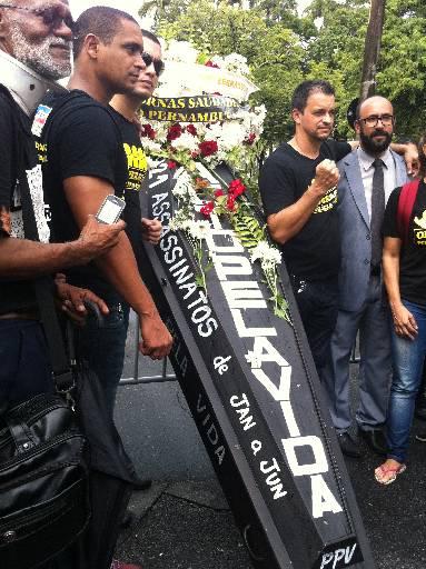 Caixão preto simbolizou o enterro do Pacto pela Vida