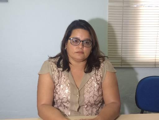 Mariana Bezerra tirou dúvidas dos beneficiários que a procuraram. Foto: Wagner Oliveira/DP/D.A Press