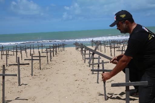 Um total de xxx cruzes foram deixadas em Boa Viagem. Foto: Teresa Maia/DP/D.A Press
