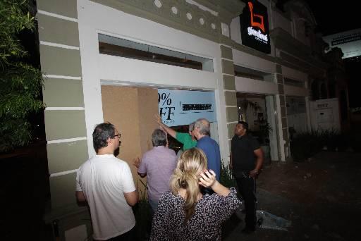 Comércio nos Aflitos teve a porta de vidro danificada