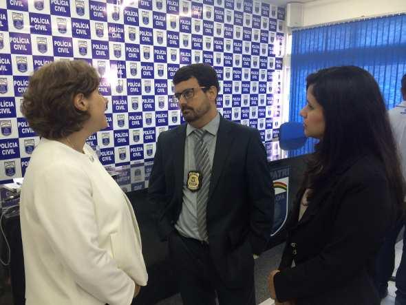 Advogadas das vítimas conversaram com o delegado Mauro Cabral. Fotos: Wagner Oliveira/DP/D.A Press