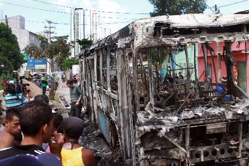 Coletivos foram incendiados na segunda e terça-feiras. Fotos: Julio Jacobina/DP/D.A Press