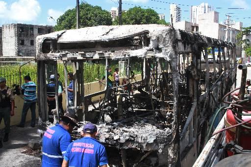 Dois coletivos foram incendiados na Estrada do Barbalho nesta semana