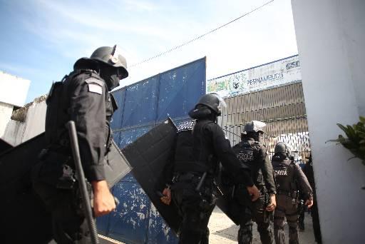 Policiais de batalhões especializados entraram na unidade prisional