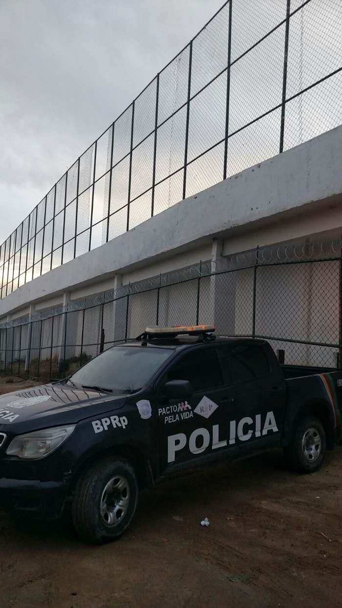 Viaturas ficam na área externa da unidade prisional. Foto: Anônimo/Divulgação