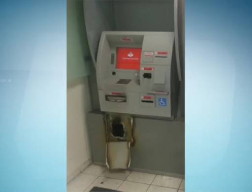 Em Timbaúba, bandidos usaram maçaricos para abrir caixas eletrônicos