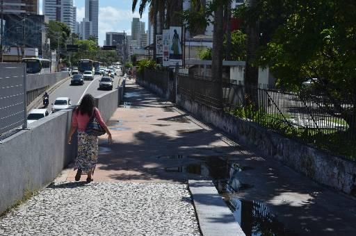 Pedestres são vítimas de assaltantes armados com facões