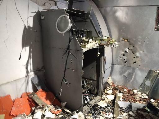Caixa eletrônico ficou completamente destruído. Foto: Wagner Oliveira/DP