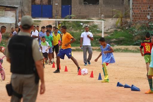 Garotos de Dois Unidos e proximidades jogam futebol no campo do Barreirão. Fotos: Peu Ricardo/Esp. DP
