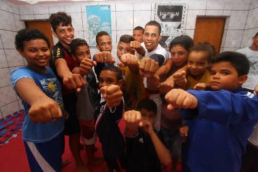 Meninos e meninas lotam espaço das aulas de taekwondo no bairro da Macaxeira