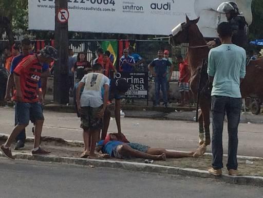 Além das cenas fortes registradas no Cordeiro, um torcedor foi ferido na frente da Ilha do Retiro. Foto: Alexandre Barbosa/DP