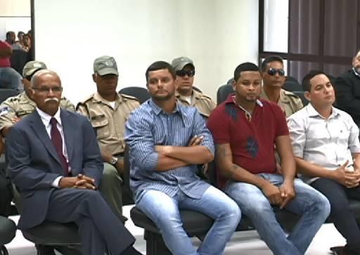 Os dois acusados do meio serão julgados primeiro. Foto: Reprodução/ TV Clube