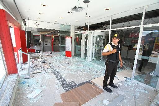 Agência do Santander do Cabo sofreu explosão. Foto: Peu Ricardo/Esp.DP